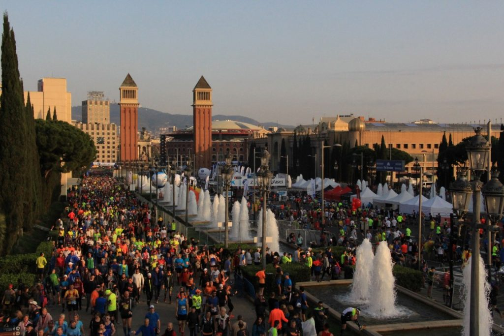 Das Startfeld füllt sich am frühen Morgen am Placa Espanya