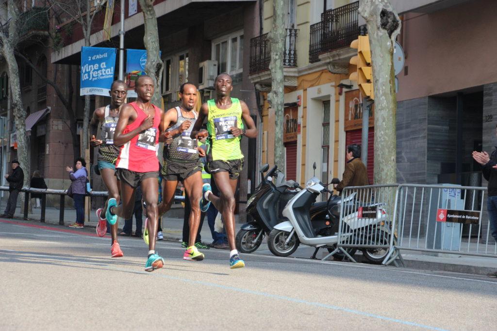 Jonah Kipkemoi Chesum ganz rechts: Hier noch Pacer und im Ziel Gewinner