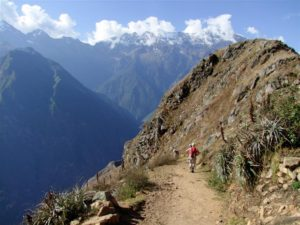 Die schneebedeckten Gipfel der Anden begleiten die Wanderer auf Schritt und Tritt