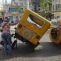 Reifenwechsel auf kubanisch: Auch die Coco-Taxis benötigen mal ein Ersatzteil