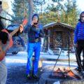 """Erst Eisangeln, dann Fisch und andere Snacks, Kaffee und Tee bei traditioneller Musik am Lagerfeuer: Unser Ausflug """"Erlebe finnische Natur und Kultur"""" gibt Ihrer Finnlandreise den letzten Pfiff"""