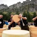 """Beim traditionellen """"Chästeilet"""" im Herbst wird der Käse zwischen den Bauern verteilt"""
