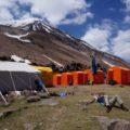 Im kleinen Hochlager kann man sich professionell betreut nach und vor dem Gipfel entspannen
