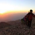 Gipfelaufstieg im Licht der ersten Sonnenstrahlen, Schritt für Schritt dem 5619 m hohen Gipfel entgegen