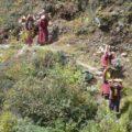 Traditionelles Tragen von Lasten und Waren im Hochgebirge