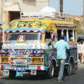 Nicht unser Bus, belebt aber das Straßenbild