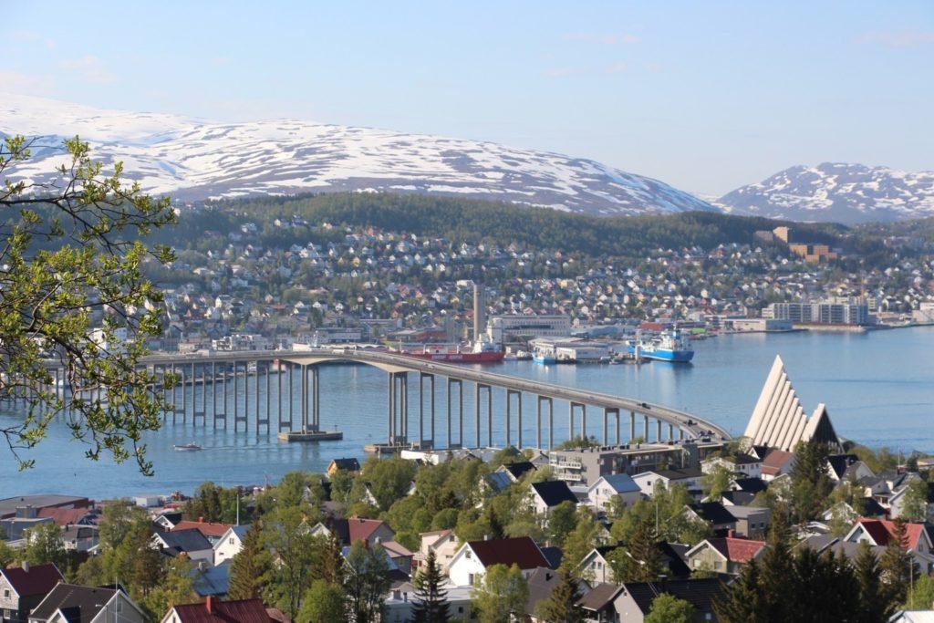 Sinnbild der Stadt Tromsö und des Laufes gleichermaßen: Die gut ein Kilometer lange Tromsøbrua verbindet die Insel Tromsoya (mit Hauptanteil der Stadt Tromsö) mit dem Festland und ist beim Marathon gleich zweimal zu bezwingen.