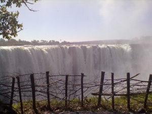 Am Victoria-Wasserfall – in breiter Front entlädt der Sambesi-Fluss seine Naturgewalt