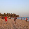 Der Strand von Mbour ist unser Ausgangspunkt der Reise. Erste Begegnungen mit den Menschen geschehen fast automatisch