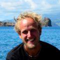 """""""Als Biologe zog es mich vor vielen Jahren zunächst wegen des reichhaltigen marinen Lebens im Atlantik auf die Azoren. Die atemberaubende Schönheit der Inseln sowie die freundliche, hilfsbereite und offene Mentalität der Bewohner zogen mich auch landseitig schnell in den Bann dieses ganz besonderen Archipels. Die ursprüngliche Lebensart der Menschen, Ihre Gelassenheit und Ihr Leben mit der Natur verbreiten auf den Inseln eine ganz besondere Atmosphäre, die ich trotz meiner vielen Reisen auf dem gesamten Globus als einzigartig empfinde. Mittlerweile habe ich fast 7 Jahre auf den Azoren gelebt, gearbeitet und viele gute Freundschaften geknüpft. Vor allem auf den Mittelinseln fühle ich mich tief verwurzelt. Über die Jahre habe ich die Vulkanologie der Inseln studiert, vieles über die Pflanzen- und Tierwelt gelernt und unzählige Tauchgänge unternommen – dennoch überrascht mich die Reichhaltigkeit der Inseln täglich aufs Neue. Ich freue mich darauf mit Ihnen meine zweite Heimat mit all ihren natürlichen und kulturellen Facetten immer wieder aufs Neue zu entdecken!"""""""