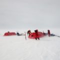 Das Aufstellen Ihres Zeltes trotz widriger Bedingungen lernen Sie während des Expeditionstrainings.