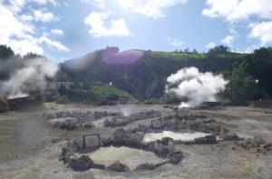 Dampfende Fumarolen in Furnas – hier kocht ihr Mittagessen am 7. Reisetag