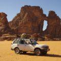 """Unser Geländewagen vor der """"Kathedrale"""" - so nennt sich diese Felsformation"""