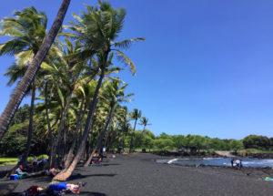 Am Punaluu Beach treffen Sie auf einen feinsandigen schwarzen Strand