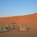 Beim Campen in der Rub al-Khali genießen Sie die Stille und Weite der Wüste