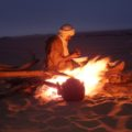 Am Lagerfeuer wird Tee und Brot zubereitet