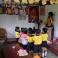 Beten unter Anleitung: eine 1. Klasse im Schultempel