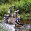 Abenteuerfaktor bei der Durchquerung eines kleinen Flußes im Hochland