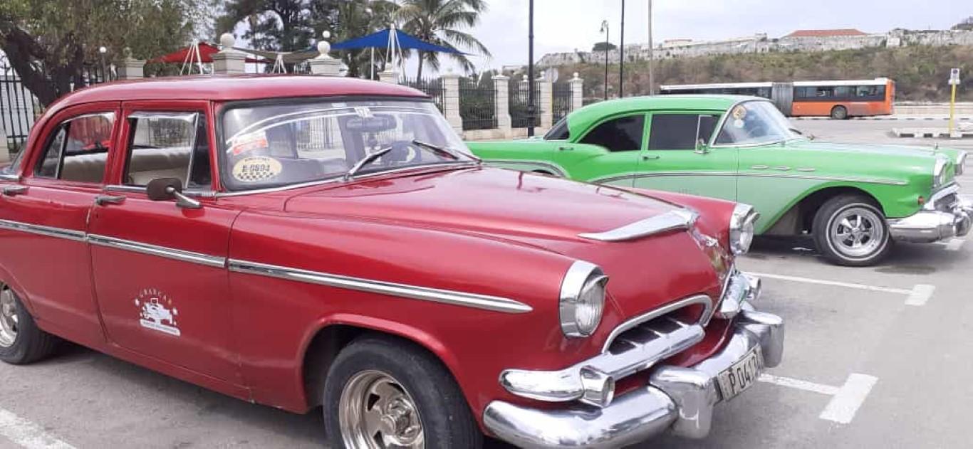 Per Oldtimer geht es durch Havanna